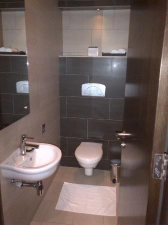 Ramada Abu Dhabi Downtown: Half bathroom in Suite