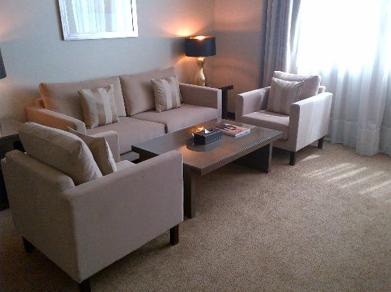 Ramada Abu Dhabi Downtown: Living Room