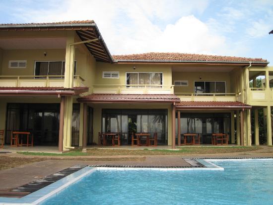 سانمالي بيتش هوتل: Hotel as seen from pool 