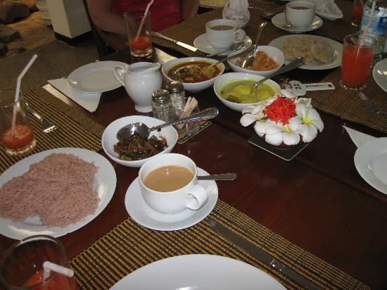 Sanmali Beach Hotel: Breakfast-with some Sri Lankan specialties