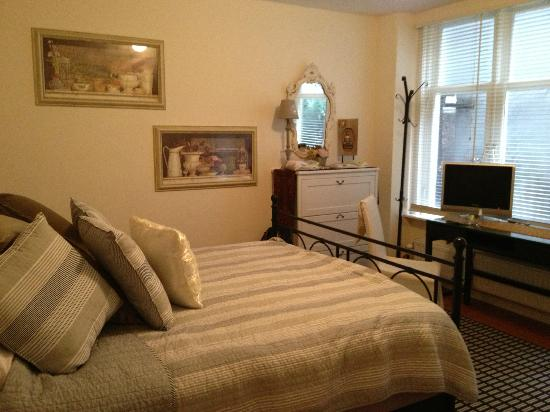 Boogaard's Bed and Breakfast: Back Bedroom in Apartment