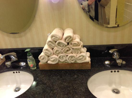 Mystic Marriott Hotel & Spa: Handtowels in lobby restrooms