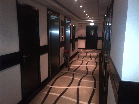 Cristal Hotel Abu Dhabi: Corridors