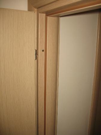 La Vecchia Scuola: noisy door 