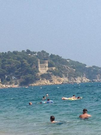 Guitart Rosa : The beach and castle down the road from the hotel.