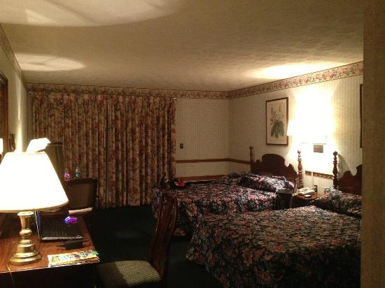 Knights Inn: Rooms are large but quiet.
