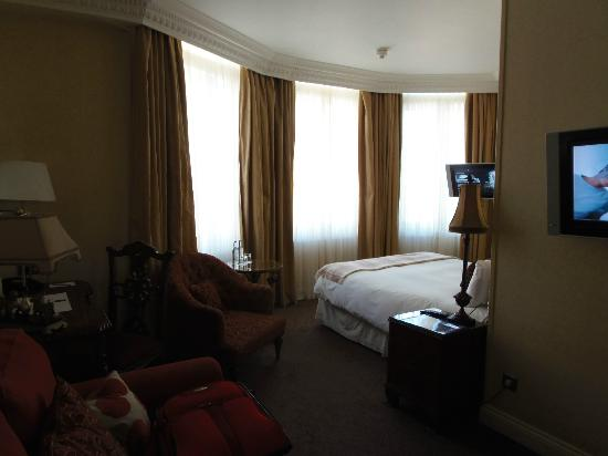 Ashburn Hotel: Big windows gave the room lots of light