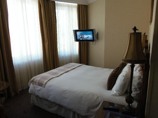 Ashburn Hotel: There were actually 2 large flat screen TV's in this room.