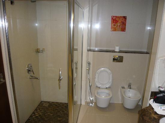 Park Regis Kris Kin Hotel: Bathroom quite nice, but bath plug leaked so unable to use
