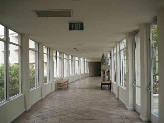 لويز كورونادو باي ريزورت: Hallway to the lobby area