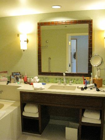 Loews Coronado Bay Resort: Well appointed bathroom