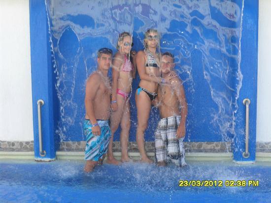 Hotel Portofino: LA CASCADA ES MUY LINDA