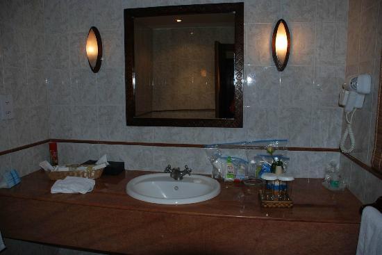 Lake Duluti Serena Hotel: Nice big bathroom. Shampoo & body wash. No lotion.