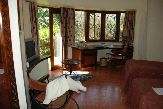 Lake Duluti Serena Hotel: Nice sunny room with ample windows - curved, too!