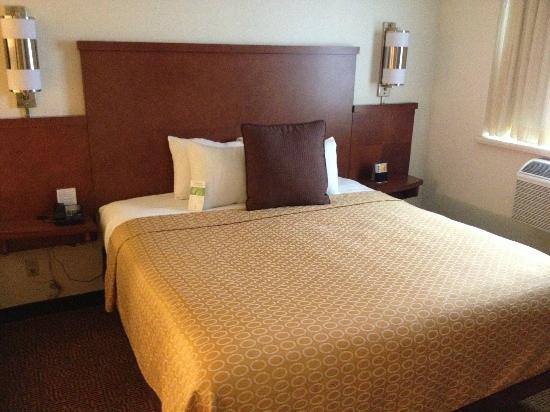 Hyatt Place Milwaukee Airport: bed