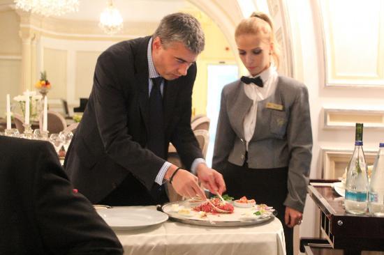 Grand Hotel Continental: Preparing tableside steak tartare at restaurant