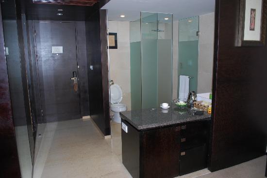 Bali Plaza Hotel Yiwu: Open plan toilet, good idea?