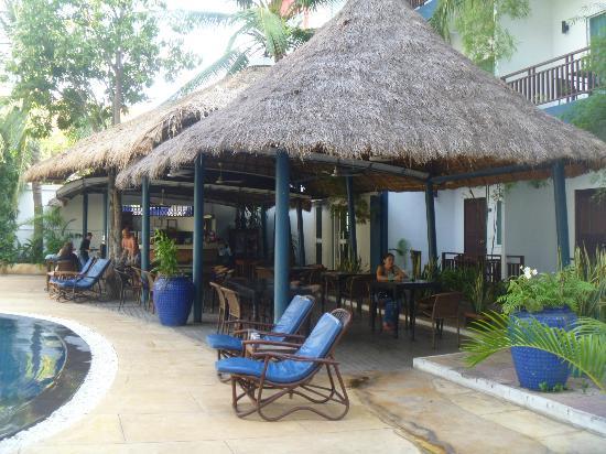 Billabong Hostel: Dining area - poolside