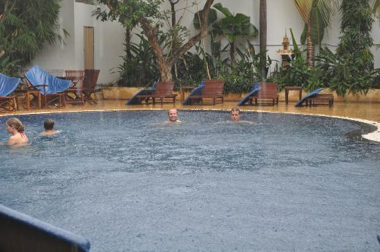 Billabong Hostel: Raining but still so hot!
