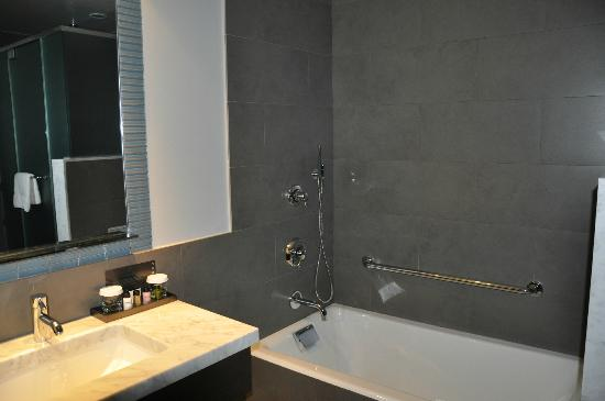 The Pearl Hotel: Nice bathroom.