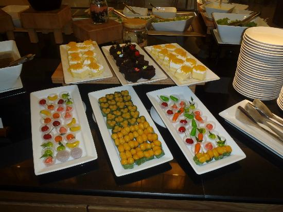 Ibis Bangkok Sukhumvit 4: Tasty selection of desserts at Nana Ibis