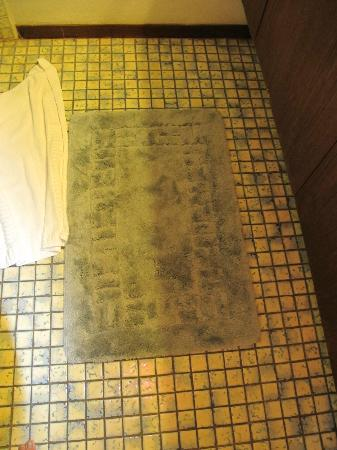 Nihi Kai Villas: Nasty, soiled bathroom rug that should have been thrown out years ago.