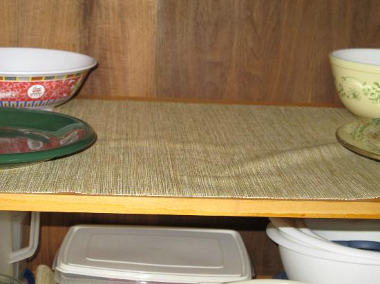 Nihi Kai Villas: Shelf liner circa 1970. And not enough dishes without washing them each meal.