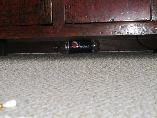 Nihi Kai Villas: Empty, dirty soda bottle under tv console.