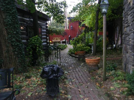 Farnsworth House Inn: Garden area where you also check in.
