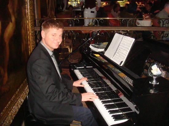 Bacchus Restaurant & Lounge: Pianist - excellent!