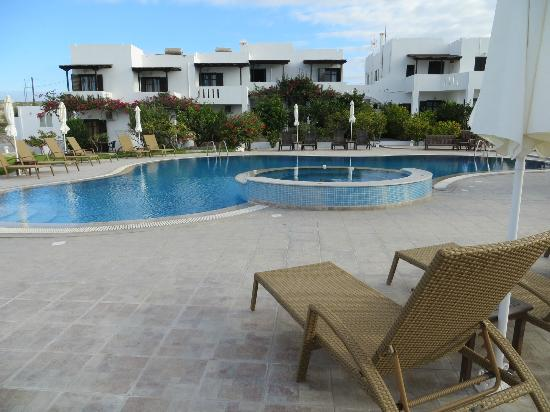 Santa Maria Village: Pool and spa pool, rooms in background