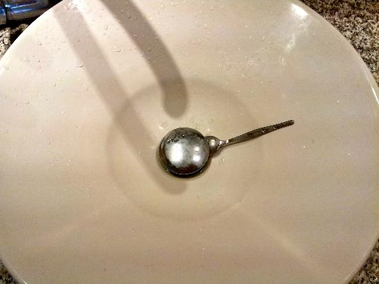 โกโรซันรีสอร์ท: Our sink never drained properly so we had to use a spoon to keep the plug open.
