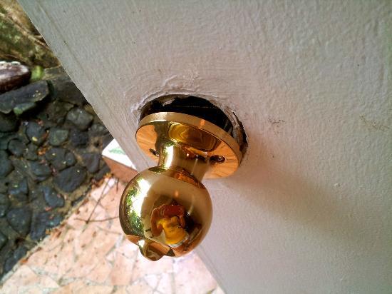 Koro Sun Resort and Rainforest Spa : Our broken doorknob entering the room. We felt very safe.