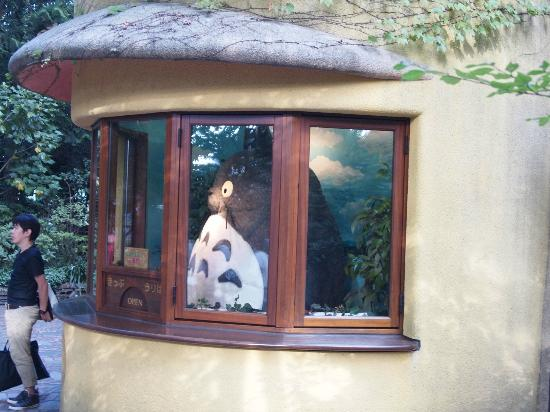 Musée Ghibli : Totoro Picture taking spot, but watch out for the glare and reflection of the casing glass