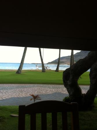 Marriott's Kaua'i Beach Club: View from Dukes sidewalk tables.