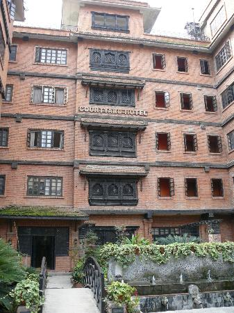 Hotel Courtyard: Front of hotel