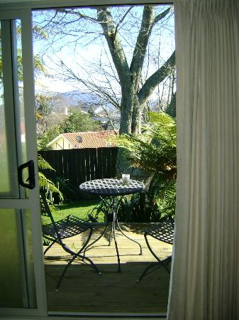 B&B @ The Redwoods: Window acces to backyard