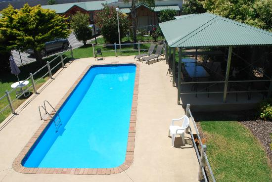 The Hume Inn Motel: Pool and BBQ area