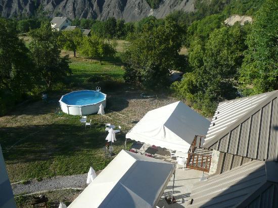 Hôtel Le Relais des cavaliers : vue de la chambre la piscine