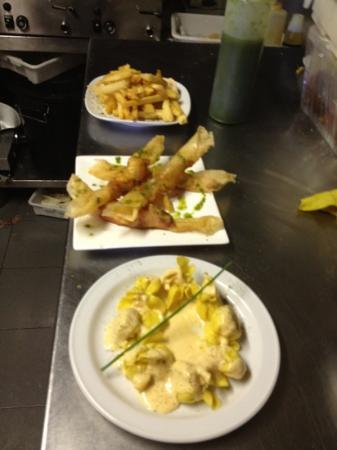 El Cafe de la Plata: yuca frita,crujientes de langostinos y fiokis de pera y queso con salsa dulce de zanahoria