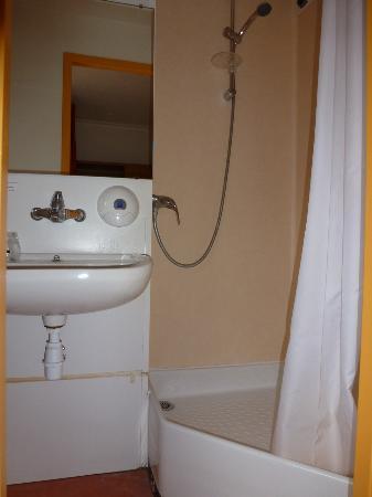 Premiere Classe Le Mans Centre - Palais Des Congres : My bathroom