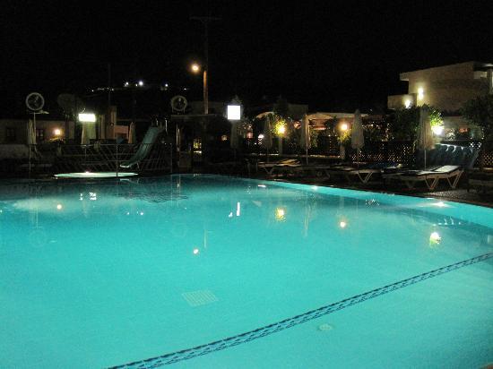Pefkos, Greece: Oasis pool at night