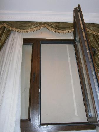 Kupeli Hotel: Venatana habitacion 101