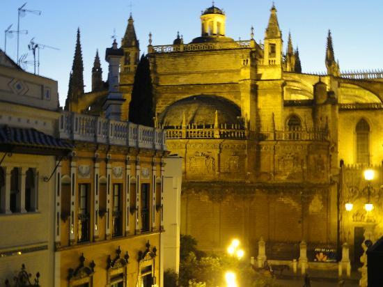 Hotel Dona Maria: Vue de la cathédrale depuis la chambre 318
