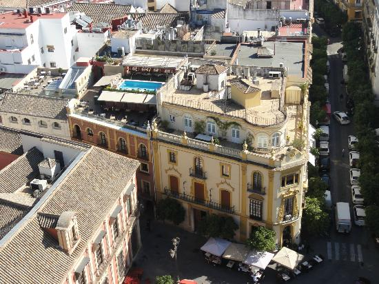 Hotel Dona Maria: vue sur l'hotel avec sa terrasse avec piscine depuis la cathédrale