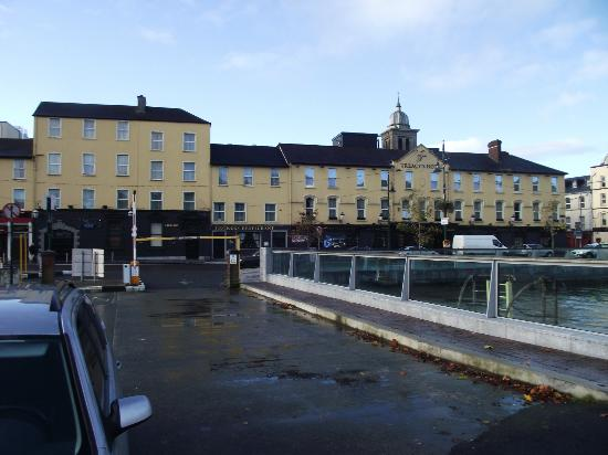 Treacys Hotel Waterford: Treacey's hotel from quayside