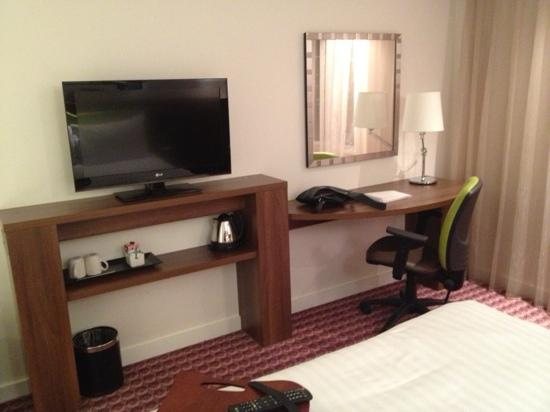 Hampton by Hilton Birmingham Broad Street: The TV/desk