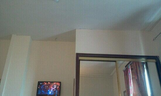 The Anchorage Hotel: Cracks in the ceiling