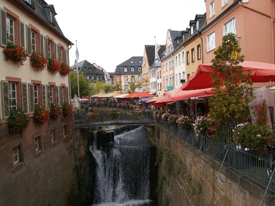 ‪‪Saarburg‬, ألمانيا: Gezellige terrasjes langs de waterfal in Saarburg