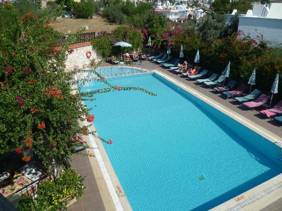 Meldi Hotel : Generous sized swimming pool - no loud music